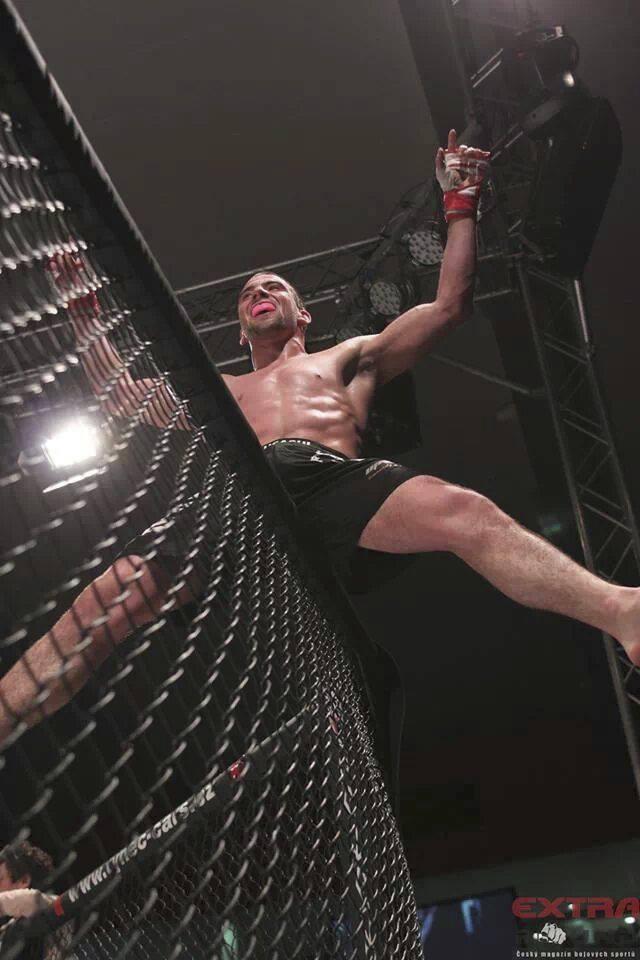 MMA bojovník Filip Macek oslavující výhru.