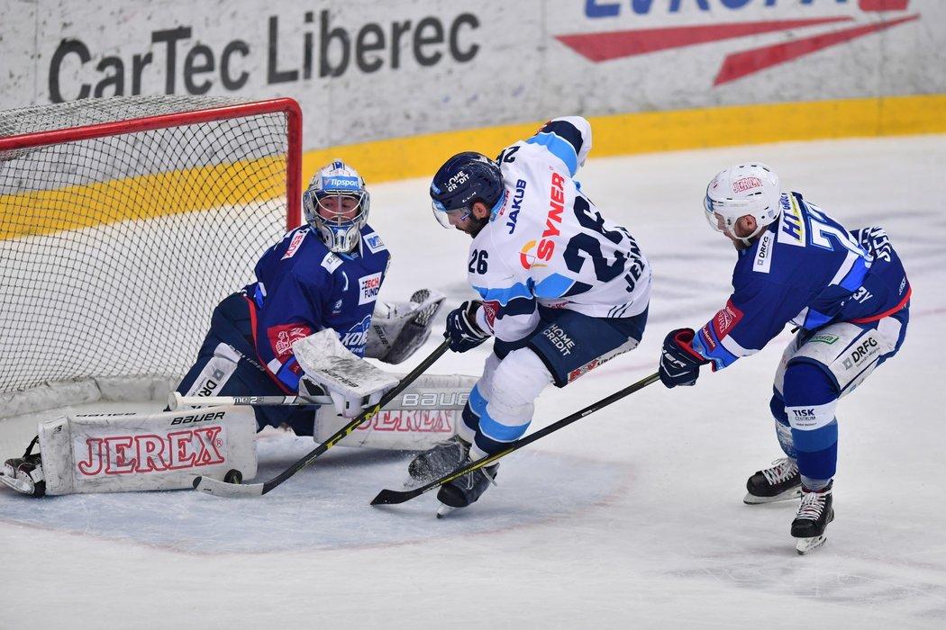 Liberecký útočník Petr Jelínek se v úvodu pátého utkání semifinále proti Kometě dostal do velké šance, zastavil ho až beton Marka Čiliaka