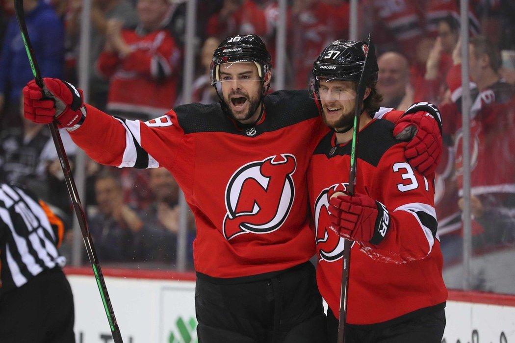 Útočník New Jersey Devils Pavel Zacha (vpravo)