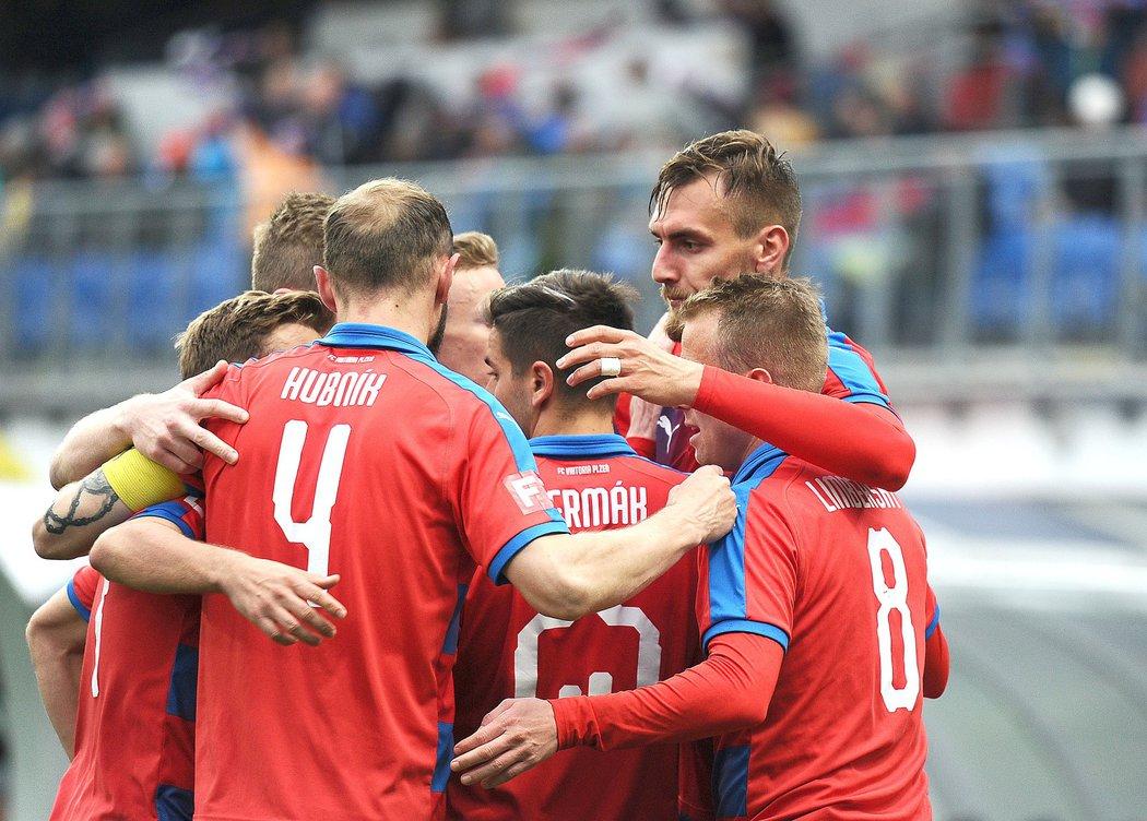 Fotbalisté Viktorie Plzeň oslavují vyrovnávací gól