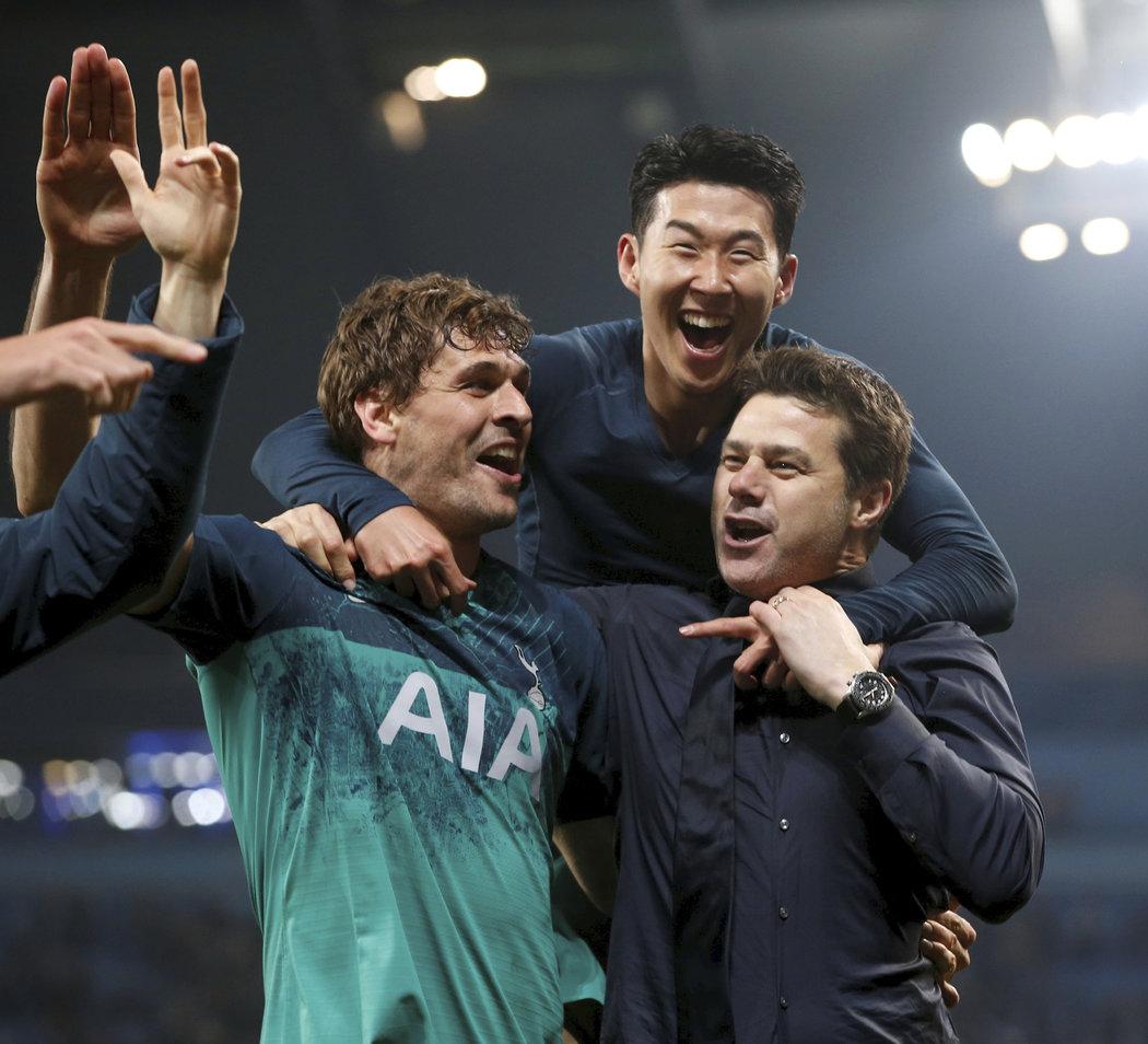 Euforická radost na straně Tottenhamu! Zprava kouč Pochettino se střelci Sonem a Llorentem
