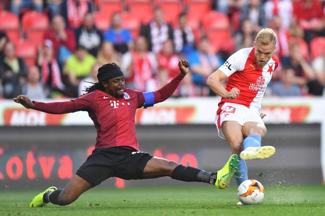 Sparťan Costa se snaží zastavit Micka Van Burena ze Slavie v pohárovém semifinále