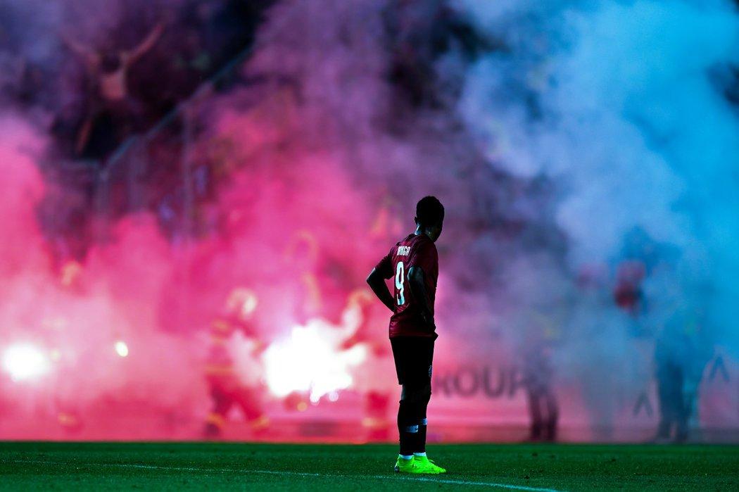 Fanoušci Sparty zasypali při pohárovém derby hřiště světlicemi