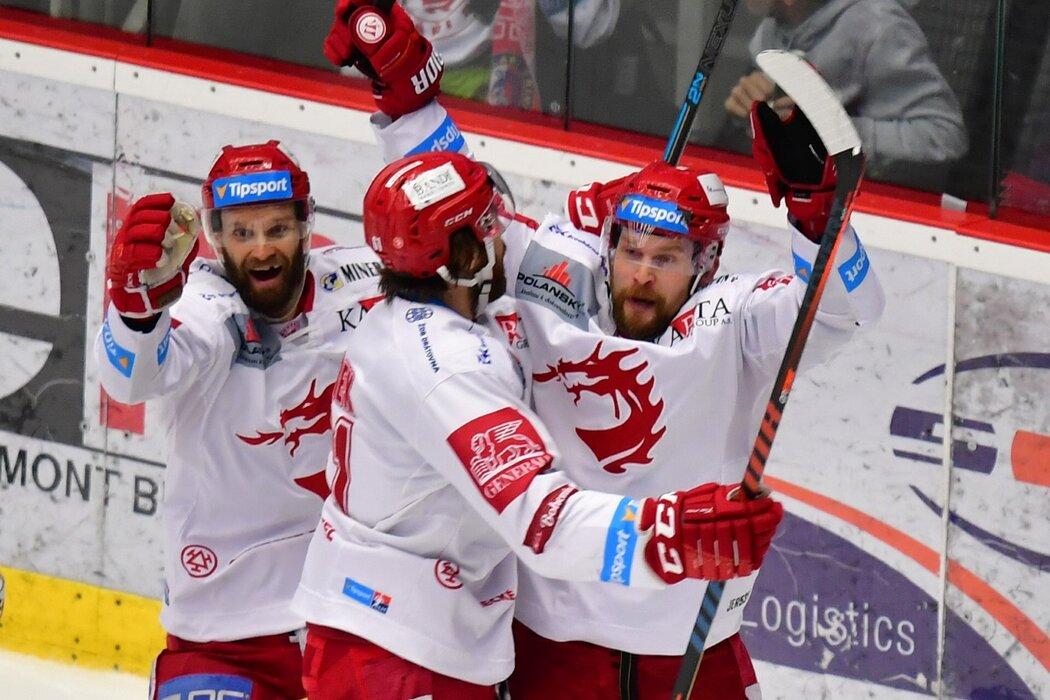 Petr Vrána (vpravo) byl hlavní postavou první třetiny šestého finále. Nejdříve si nešťastně tečoval puk do vlastní branky, o pár minut později vyrovnal