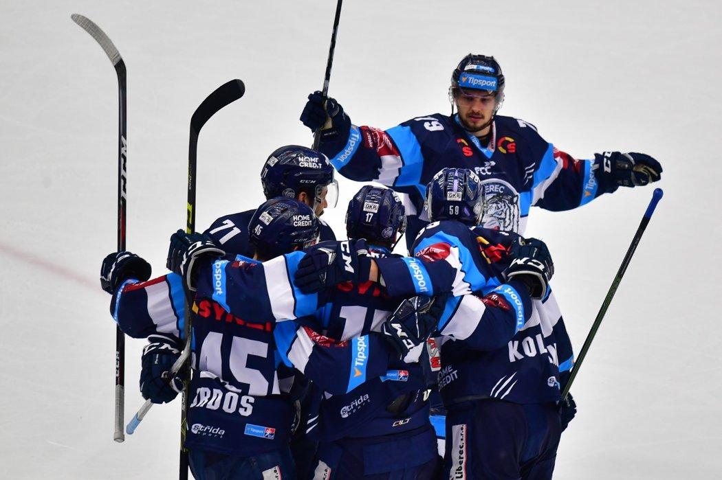 Liberečtí hokejisté se radují z úvodní trefy šestého finále na ledě Třince, kterou šťastně zaznamenal obránce Lukáš Derner
