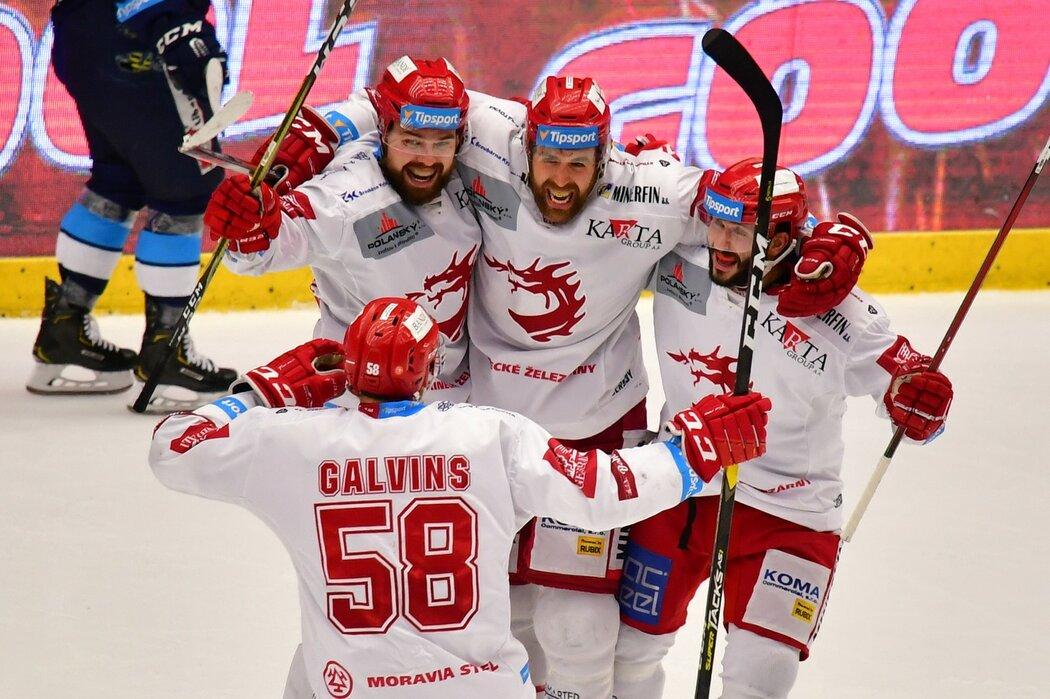 Třinečtí hokejisté euforicky slaví čtvrtý gól zápasu, který do prázdné branky vstřelil Ethan Werek