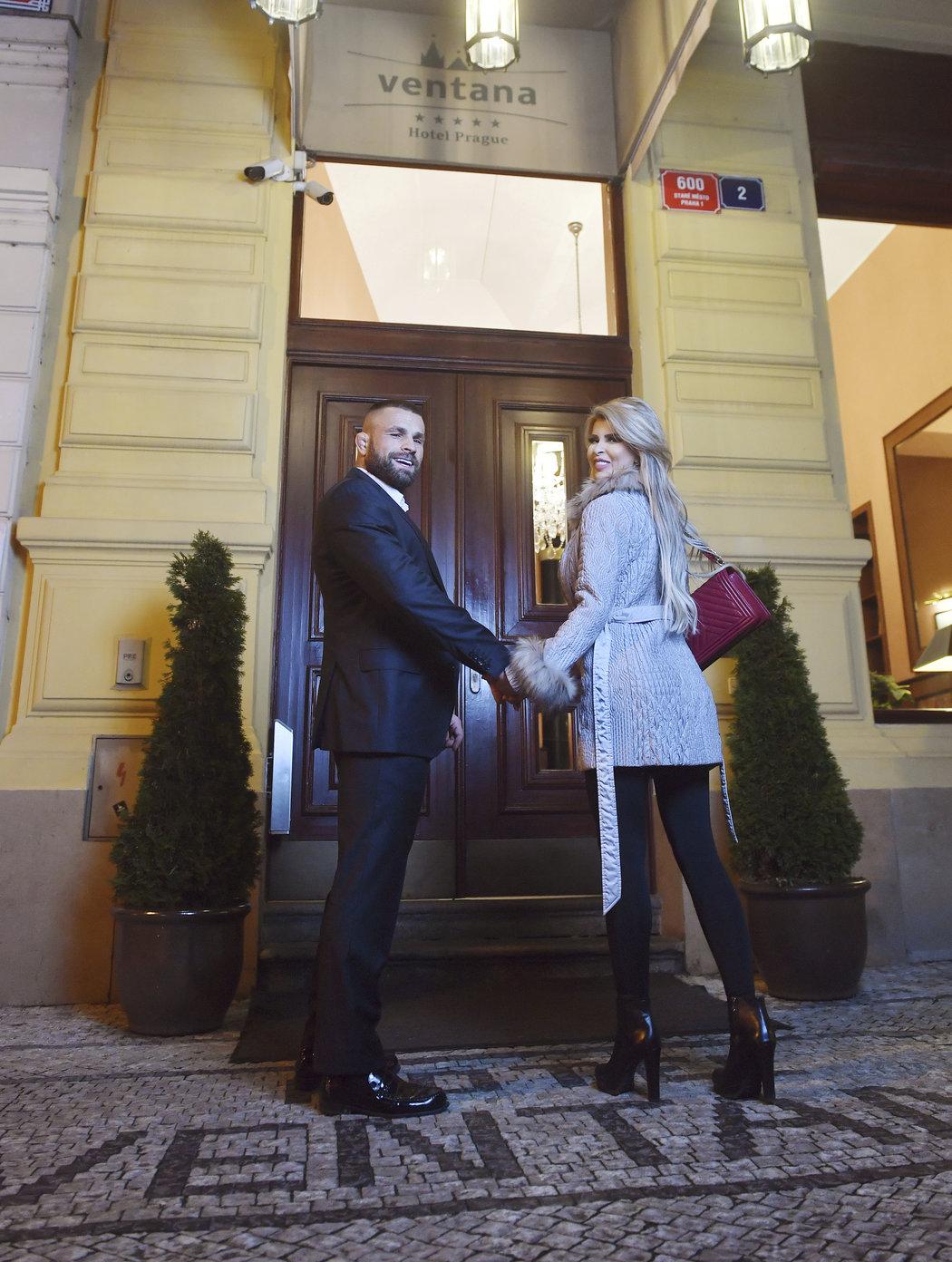 Karlos Vémola se svou partnerkou Lelou Ceterovou před vstupem do pražského hotelu Ventana