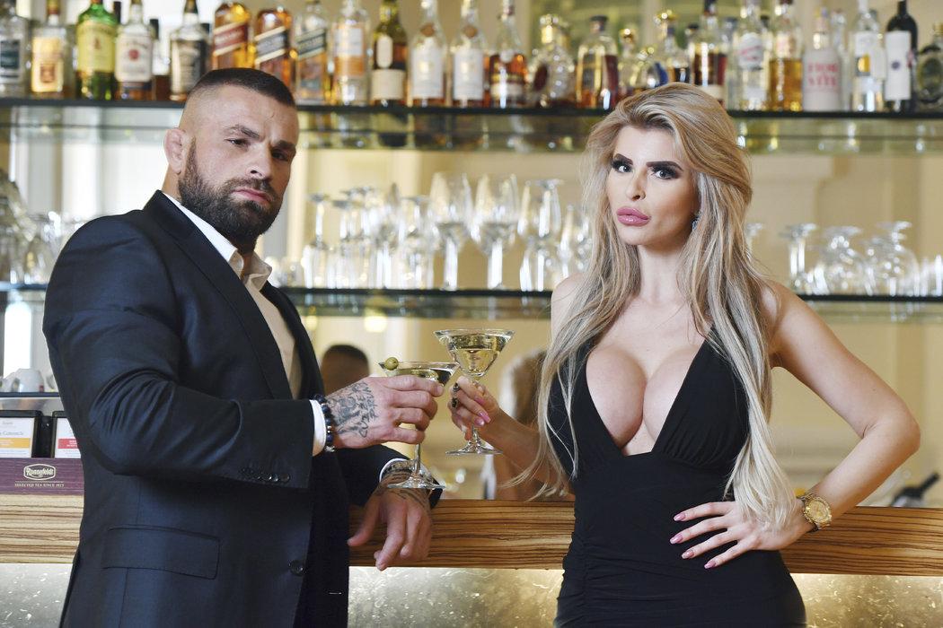 Na zdraví! Karlos Vémola na sklenkou Martini s přítelkyní Lelou Ceterovou
