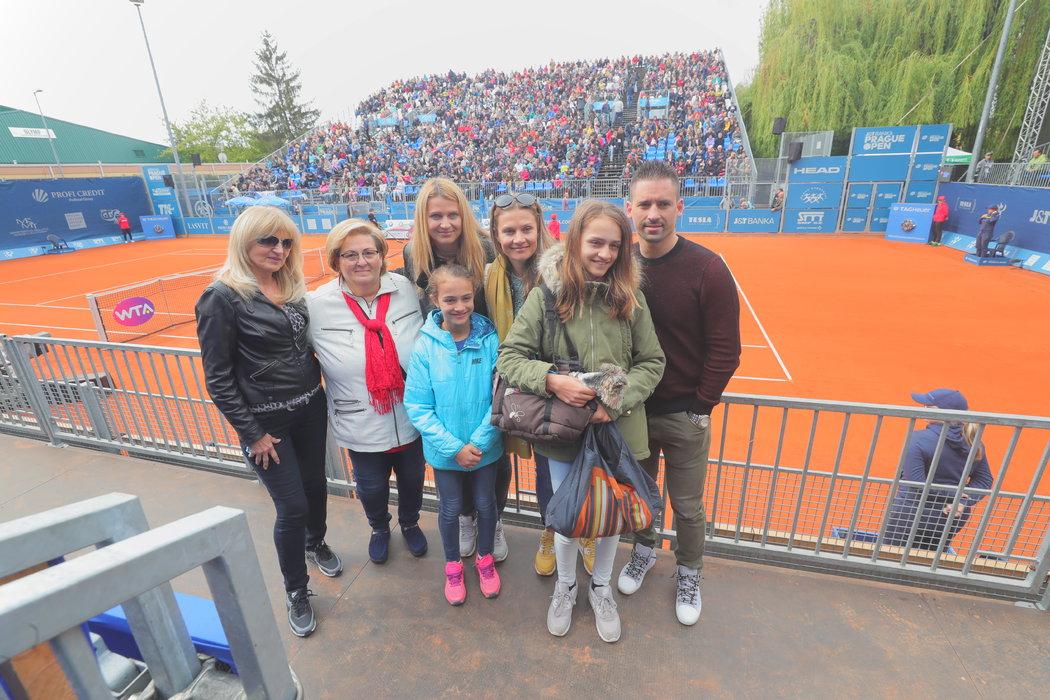 Rodinné foto: Lucie Šafářová a Tomáš Plekanec a mezi nimi (zleva) maminka Jana, Plekancova maminka Květa, neteř Anna, sestra Veronika a neteř Emma.