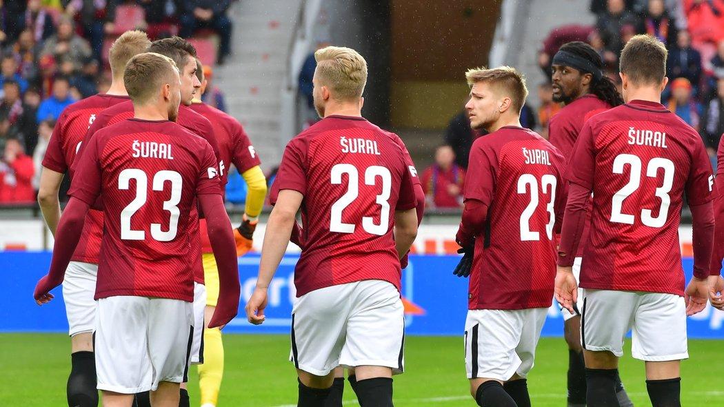 Fotbalisté Sparty absolvovali nástup zápasu s Baníkem Ostrava v dresech s číslem a jmenovkou tragicky zesnulého Josefa Šurala (†28)