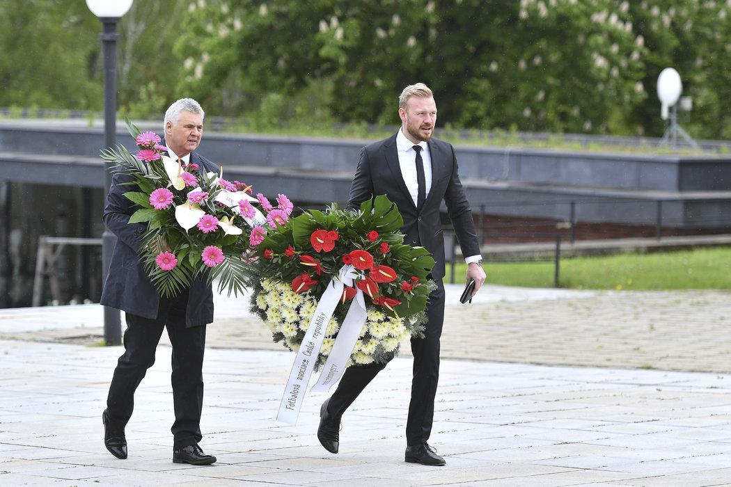 Jan Pauly přinesl kytici od FAČR