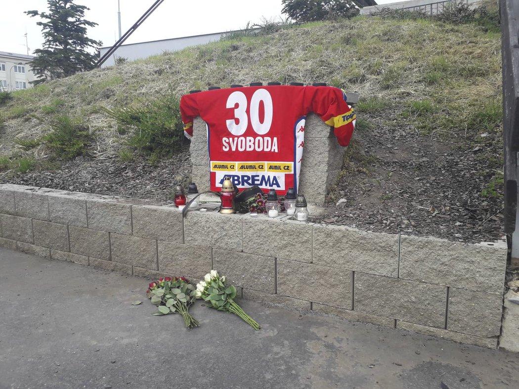 Hokejová Slavia vytvořila u svého stadionu v Edenu pietní místo, kam fanoušci přicházejí uctít památku Adama Svobody (†41)