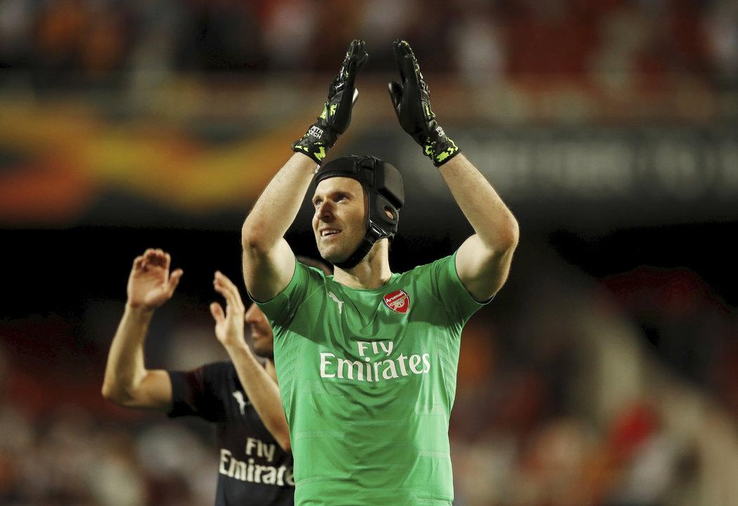 Petr Čech děkuje fanouškům Arsenalu po utkání ve Valencii