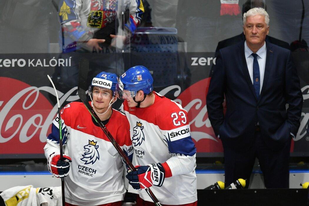 Miloš Říha (vpravo) sleduje radujícího se Jakuba Vránu a Dmitrije Jaškina po utkání se Švédskem