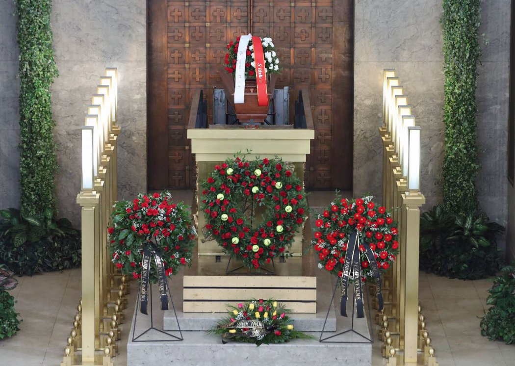 Přátelé Pavla Kordy se přišli se slavným trenérem rozloučit do krematoria ve Strašnicích