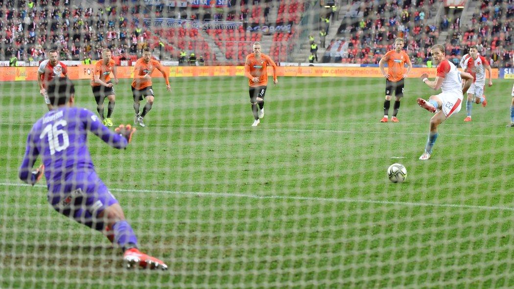 Tomáš Souček z penalty překonal Aleše Hrušku a zvýšil na 2:0