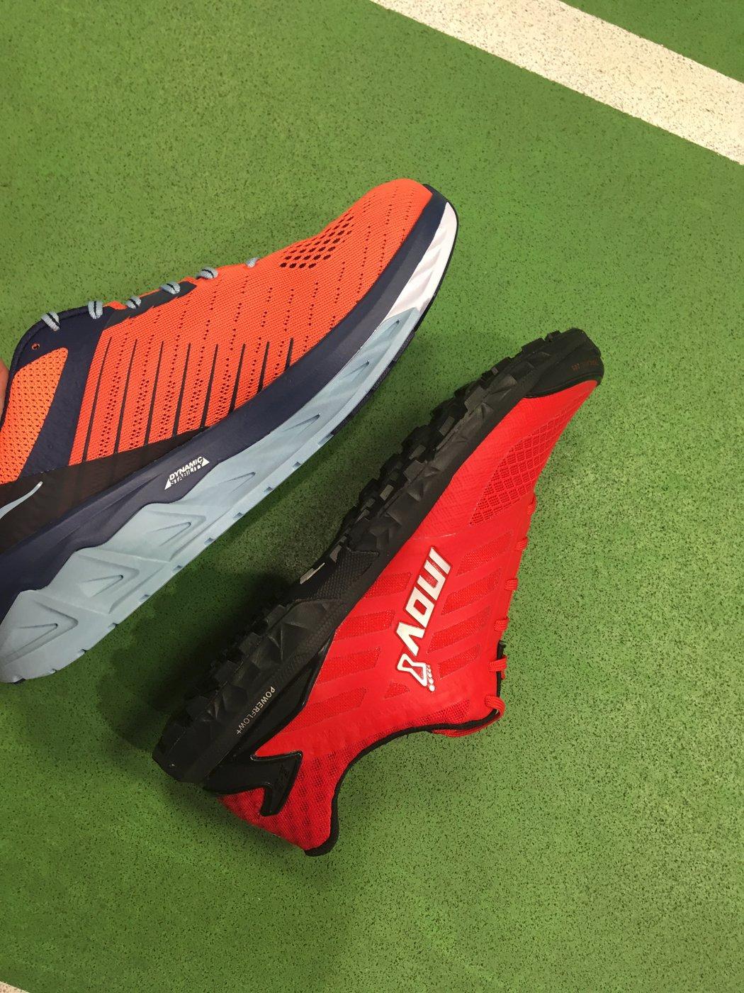 Mohutné tlumení silničních bot pro maximální tlumení nárazů vs nižší vrstva tlumení krosové boty určené do terénu