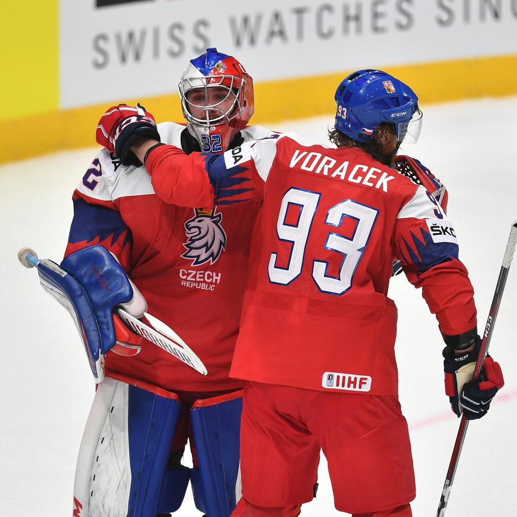 Jakub Voráček s Patrikem Bartošákem slaví výhru nad Lotyšskem