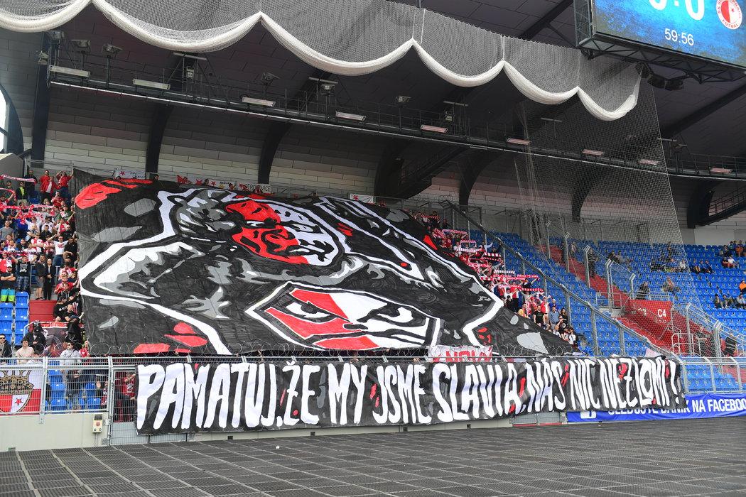"""Choreo slávistických fanoušků v Ostravě, kde díky remíze 0:0 získali """"sešívaní"""" mistrovský titul"""