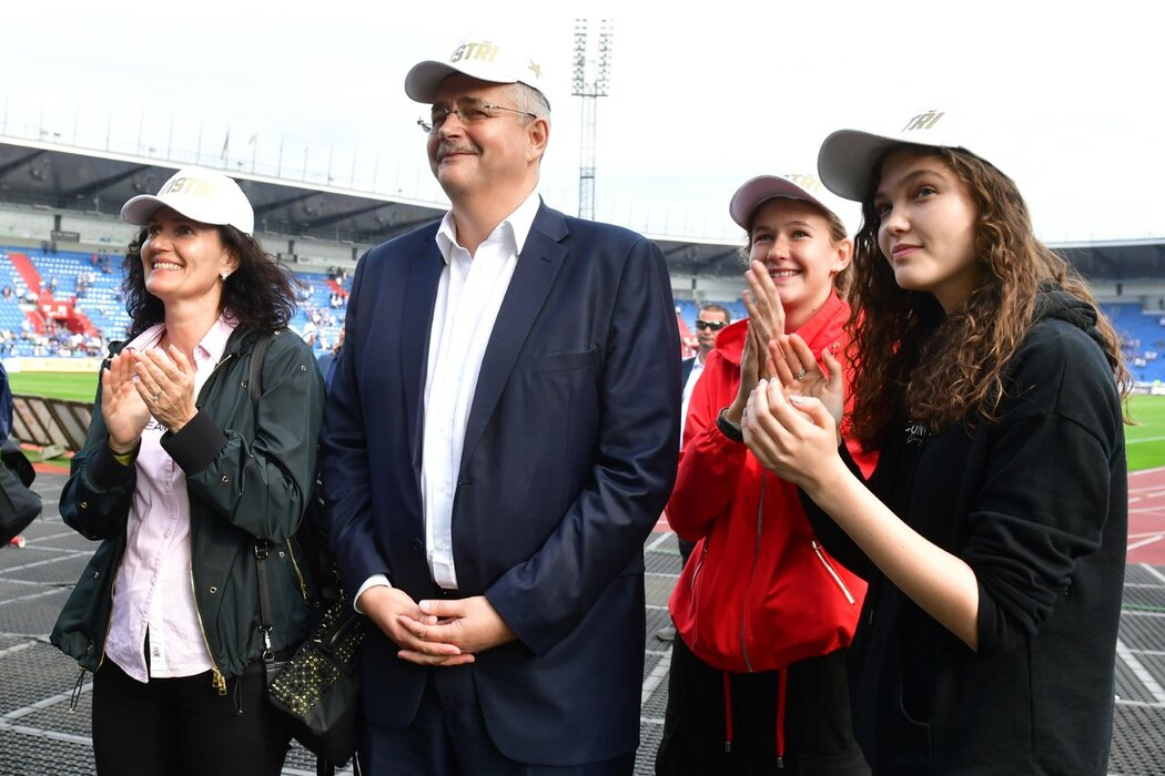 Rodina Jaroslava Tvrdíka tleská fanouškům Slavie při oslavách titulu