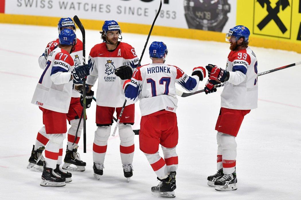 Hned dvakrát krátce po sobě se čeští hokejisté prosadili v přesilové hře pět na tři, druhou využil z dorážky Michael Frolík