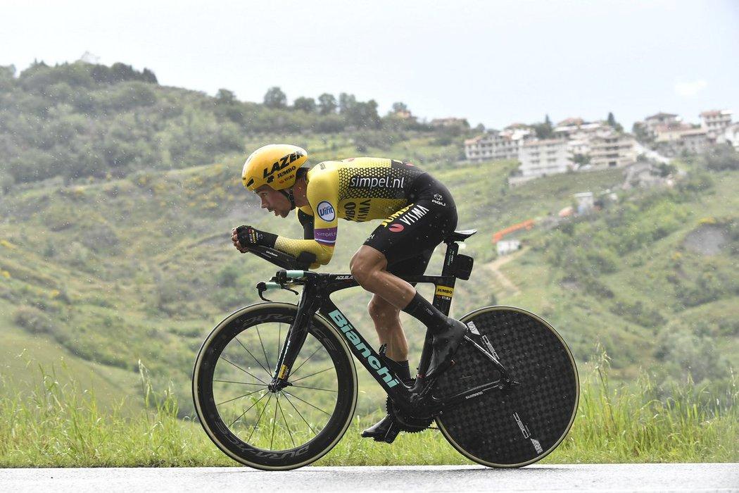 Slovinský cyklista Primož Roglič během časovky do San Marina stáhl ztrátu na lídra Gira Contiho
