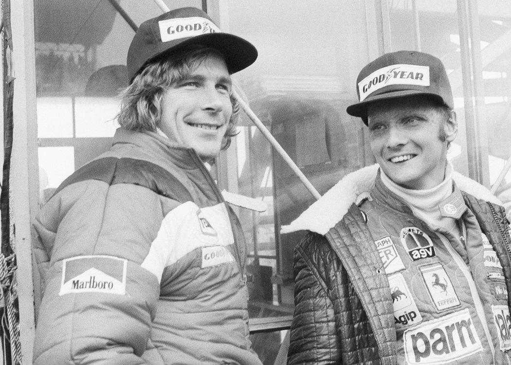 Niki Lauda a jeho velký rival James Hunt na dobové fotografii.