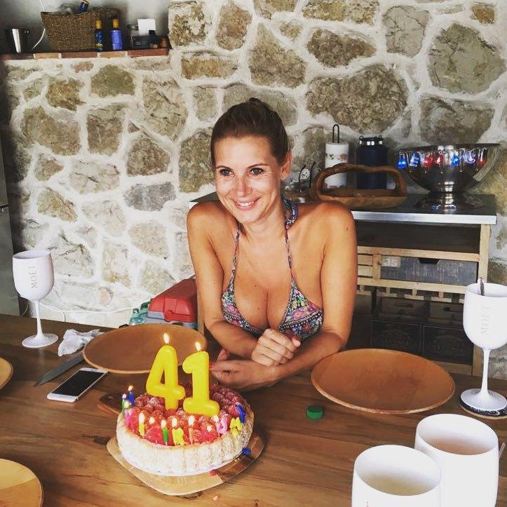 Hedvika Kollerová s dortíčkem k jednačtyřicátým narozeninám