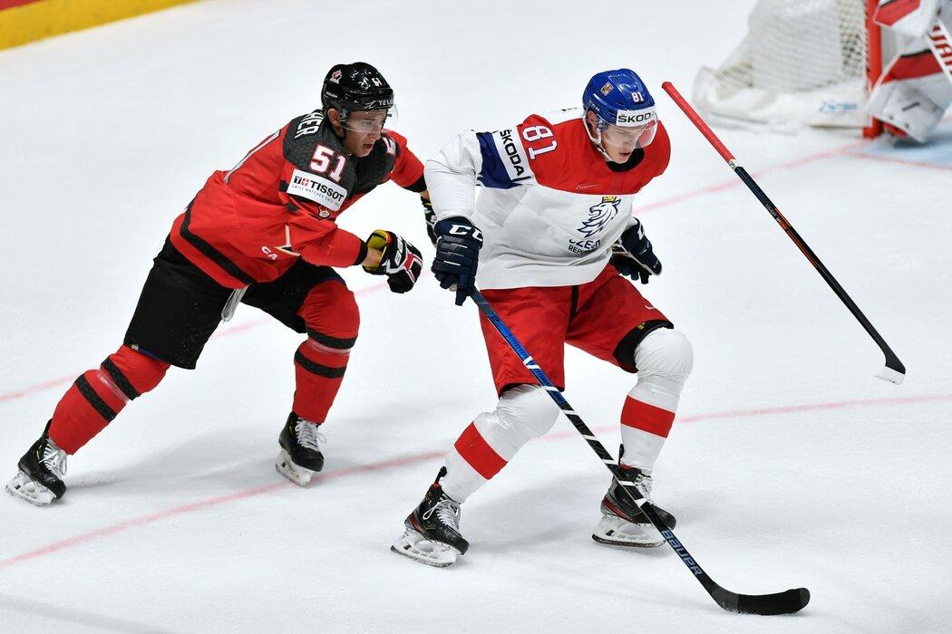 Dominik Kubalík si chytře pokryl kotouč tak, že kanadský obránce Troy Stecher přišel v souboji o hokejku