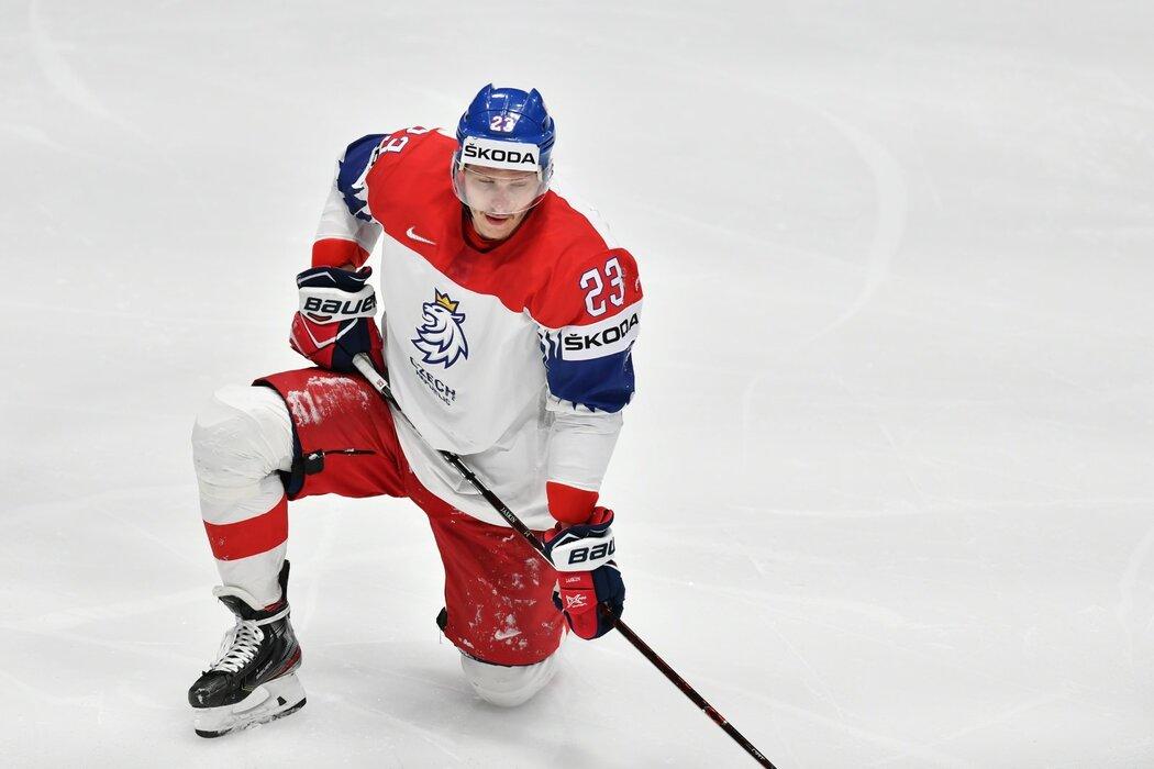 Dmitrij Jaškin odfrkuje v průběhu první třetiny utkání o bronz proti Rusku