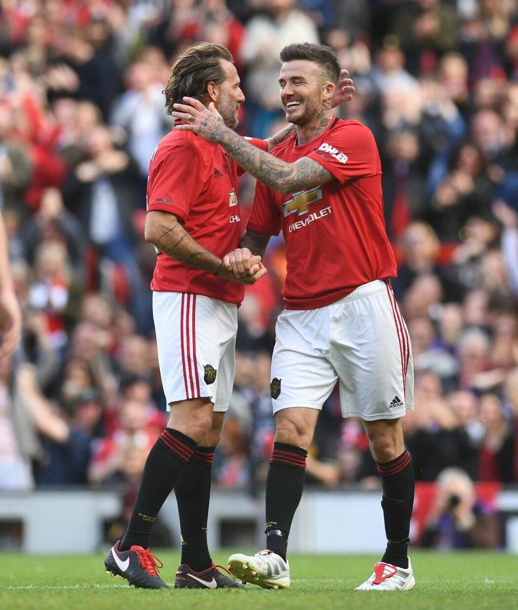 Karel Poborský spolu s Davidem Beckhamem při utkání legend Manchesteru United a Bayernu Mnichov