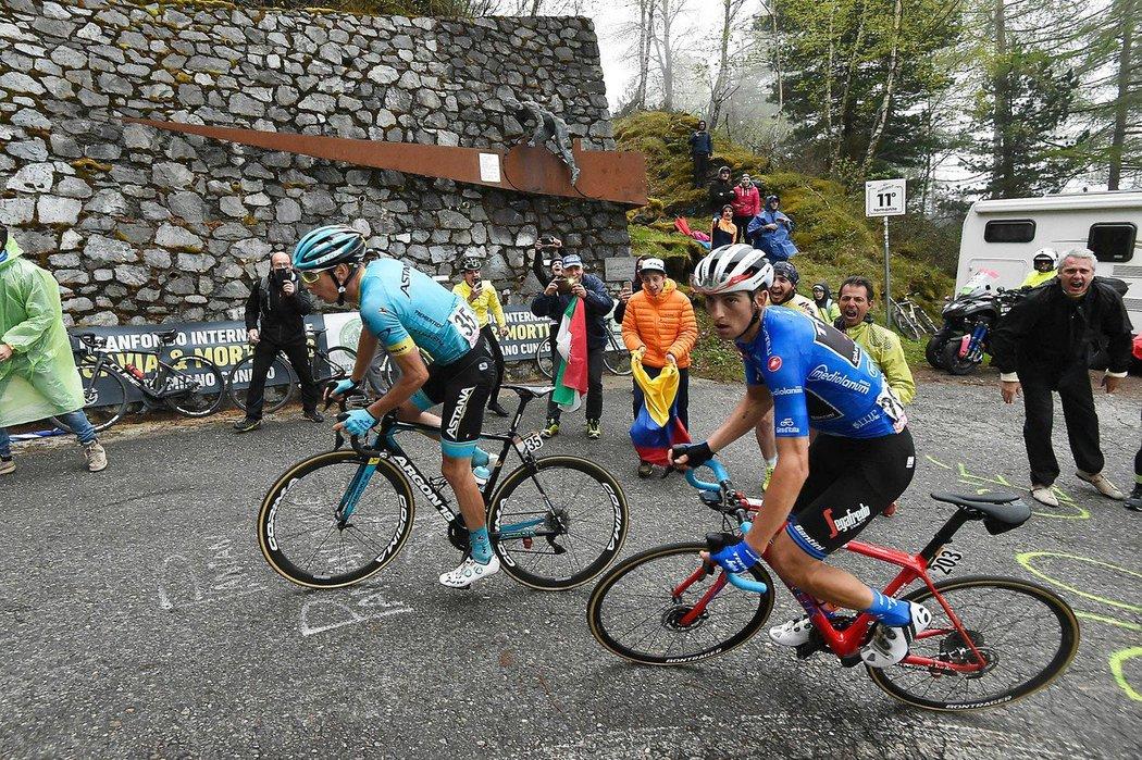 Jan Hirt (vlevo) ve stoupání v královské 16. etapě Gira s kolegou v úniku Italem Giuliem Cicconem