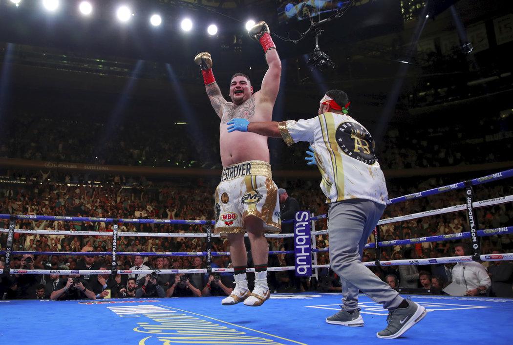 Nový král těžké váhy Andy Ruiz Jr. slaví vítězství