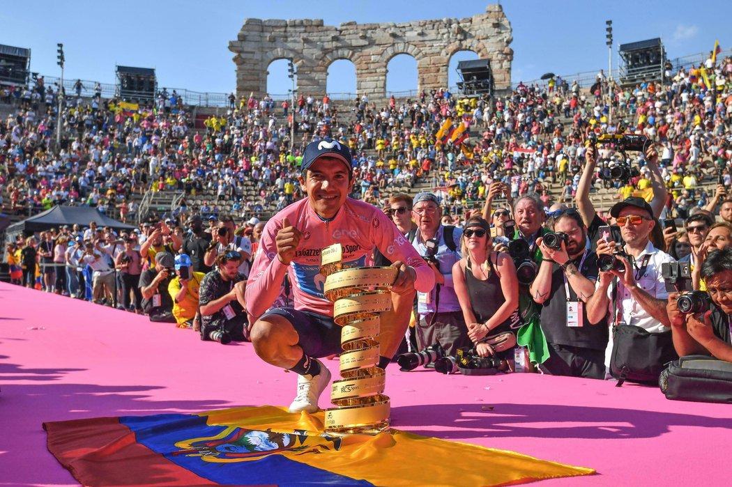 Richard Carapaz vyhrál Giro d'Italia, na snímku pózuje s trofejí pro vítěze ve Veroně