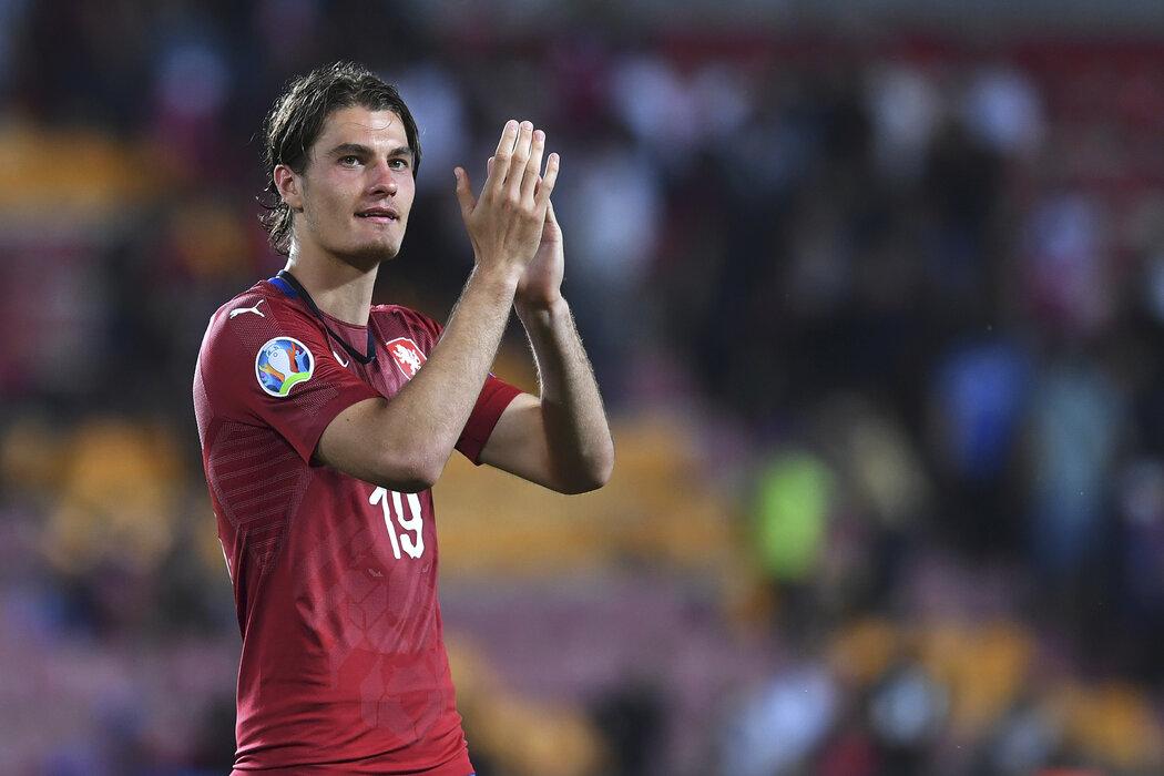 Patrik Schick děkuje fanouškům po utkání s Bulharskem, které rozhodl dvěma góly