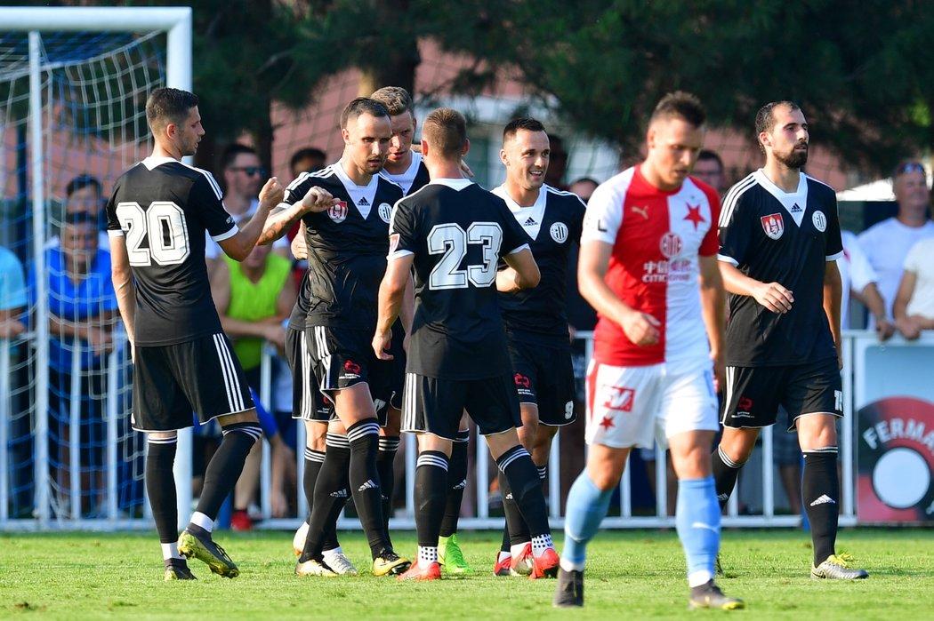 Fotbalisté Budějovic se radují z proměněné penalty Jiřího Kladrubského v zápase proti Slavii