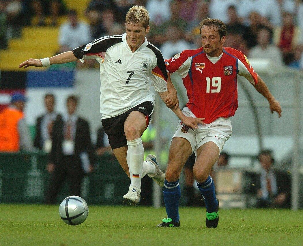 Roman Týce se pokouší zastavit německého záložníka Bastiana Schweinsteigera během zápasu základní skupiny EURO 2004, který Češi nakonec vyhráli 2:1