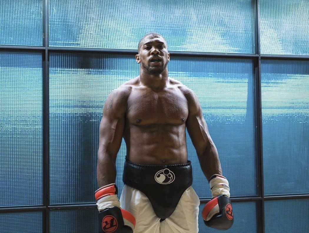 Boxer Anthony Joshua má tělo kulturisty