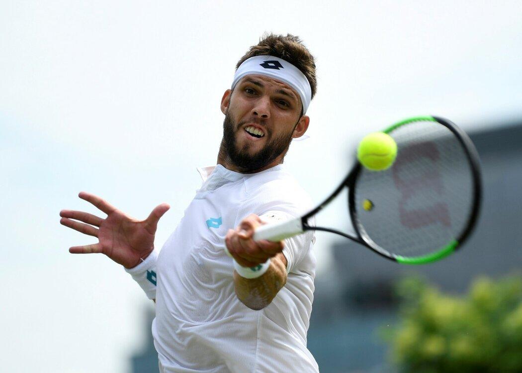 Český tenista Jiří Veselý v utkání Wimbledonu proti Benoitovi Pairemu