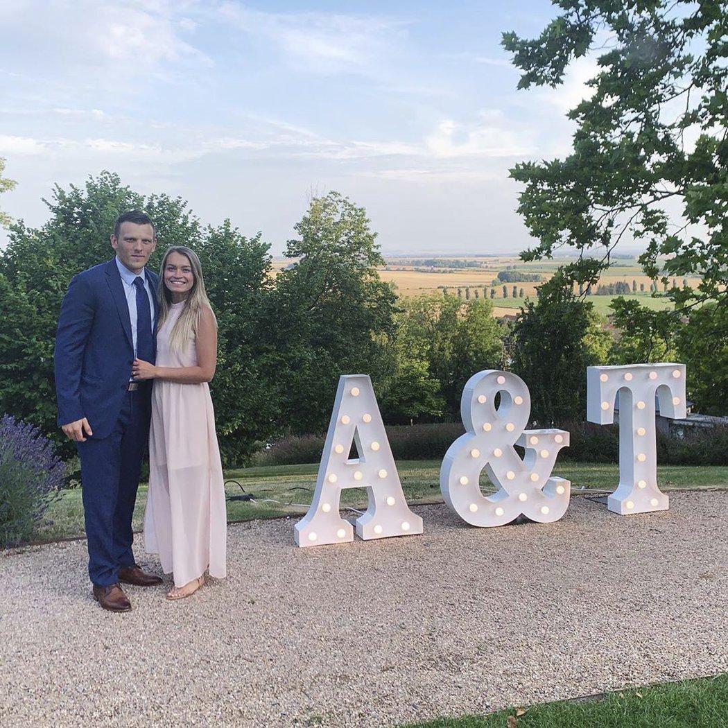 Obránce Radim Šimek s partnerkou na sobotní svatbě Tomáše Hertla