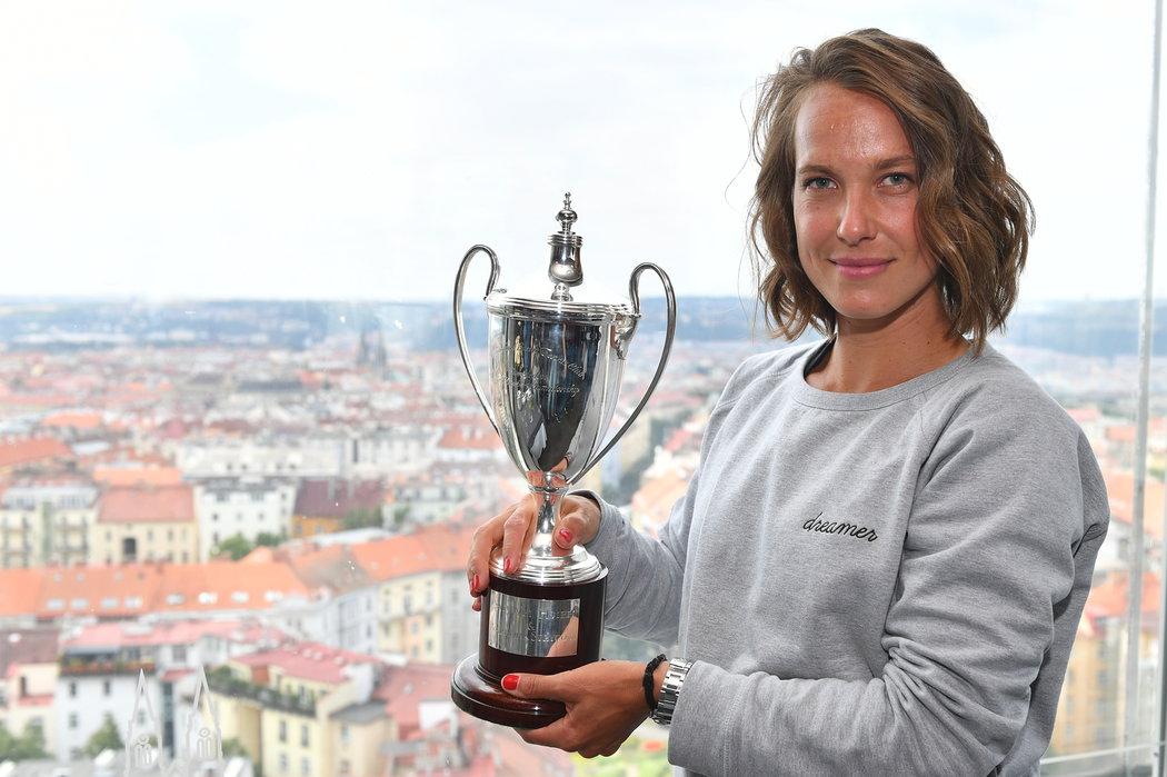 Barbora Strýcová pózuje s pohárem pro vítězku wimbledonské čtyřhry po svém návratu do Česka