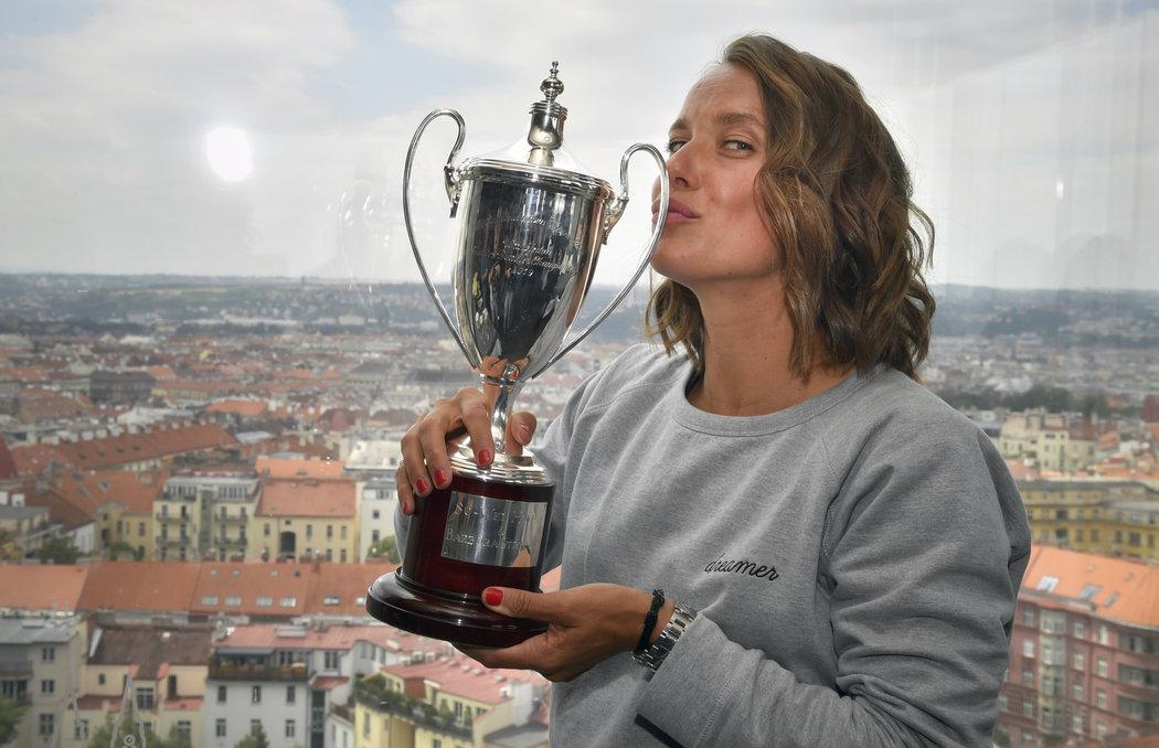 Barbora Strýcová s trofejí pro wimbledonskou vítězku čtyřhry