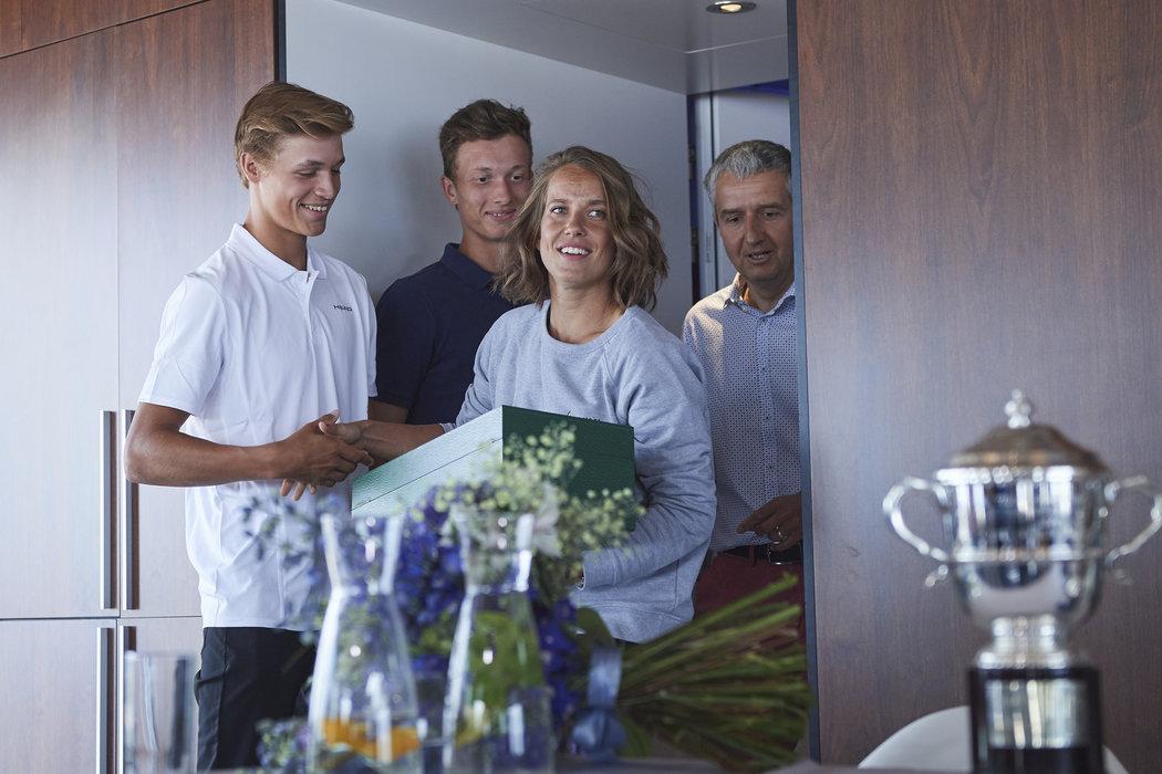 Jonáš Forejtek (vlevo) se zdraví s Barborou Strýcovou před tiskovou konferencí