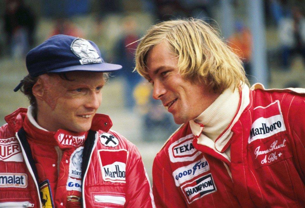 Niki Lauda (vlevo) s Jamesem Huntem (vpravo).
