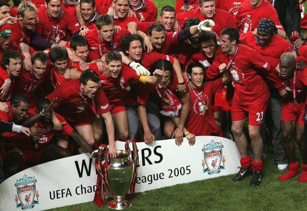 Hráči Liverpoolu se v roce 2005 radovali z titulu.