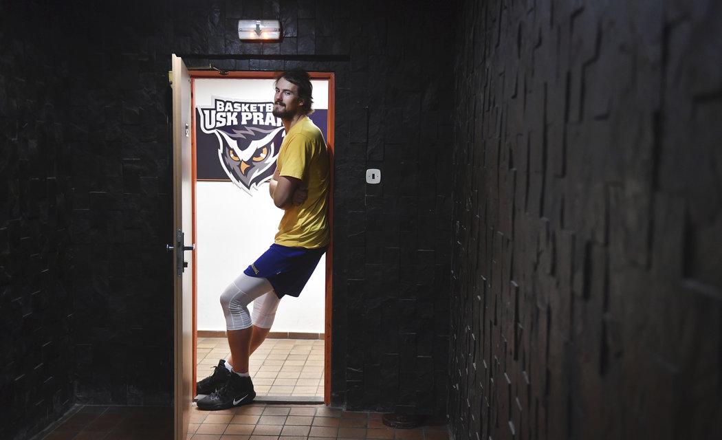 Ve dveřích má 217 cm vysoký basketbalista problémy...