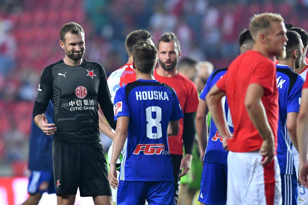 Gólman Slavie Ondřej Kolář utěšuje olomouckého záložníka Davida Housku poté, co v utkání nedal penaltu
