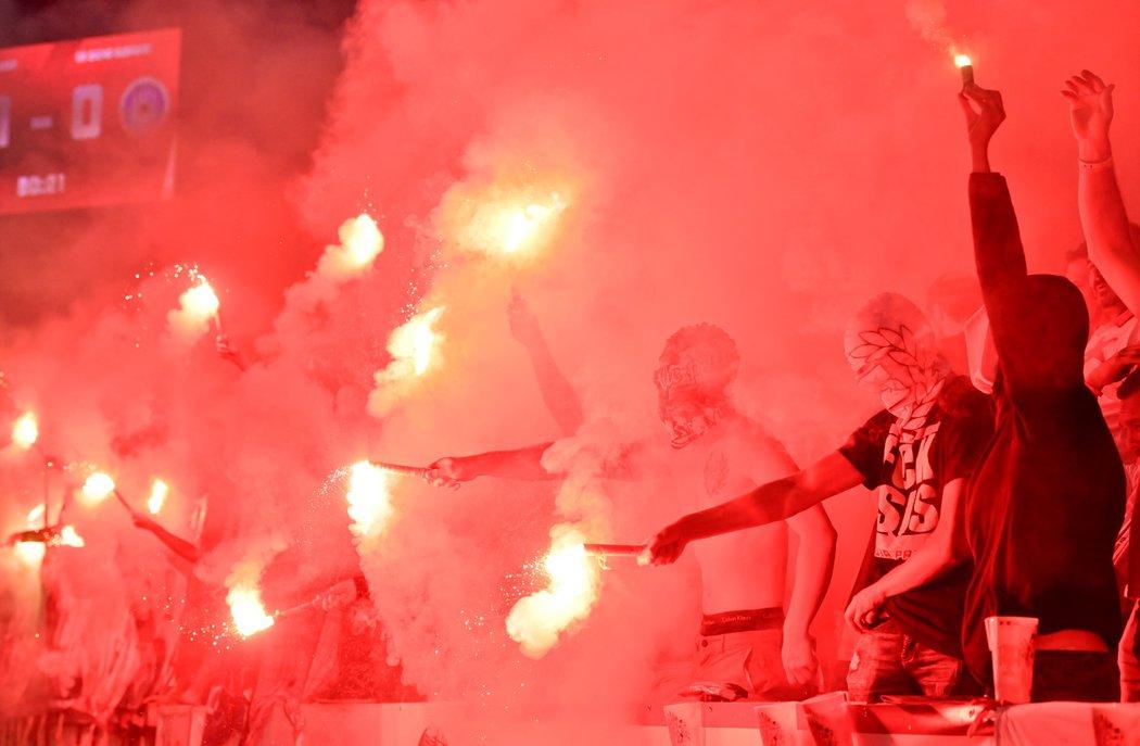 Fanoušci Slavie během ligového zápasu s Olomoucí