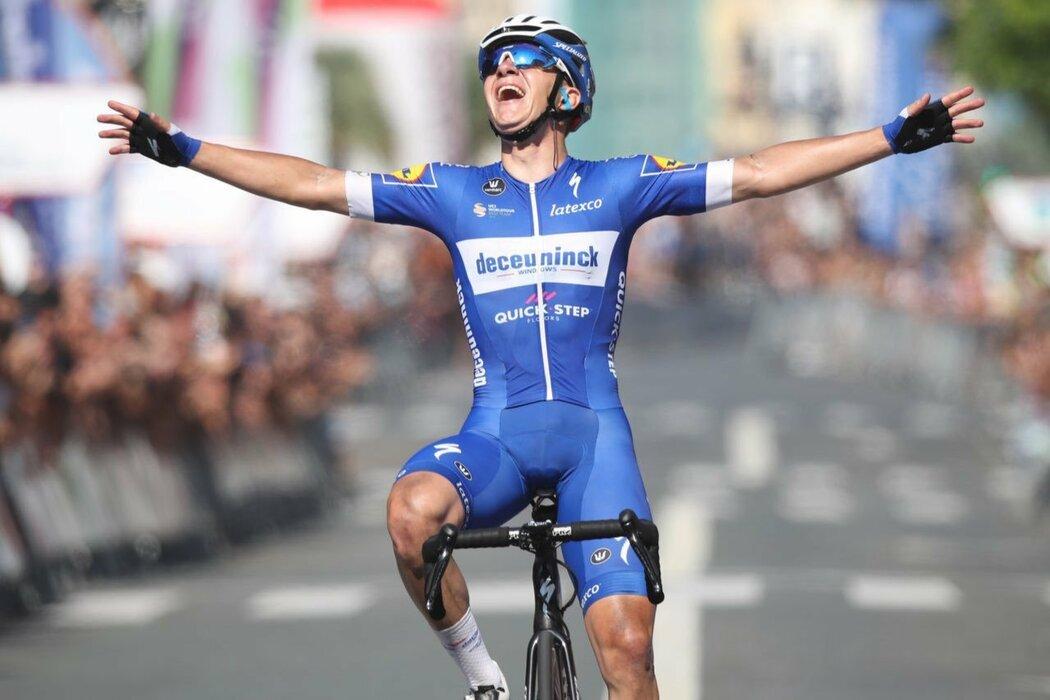 Devatenáctiletý závodník Remco Evenepoel se raduje z vítězství závodu v San Sebastiánu