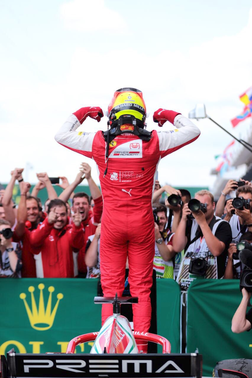 Radost týmu Prema, mladý Schumacher vyhrál svůj první závod